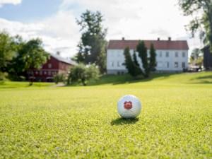 Golfball og klubbhuset