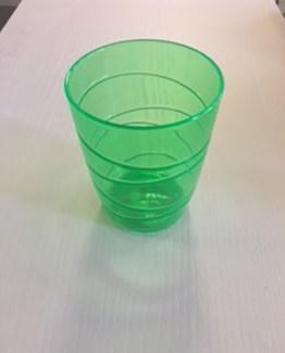 Un bicchiere in acrilico colorato