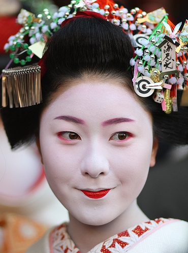 maiko-makino-outside-the-theatre_2-12-2008