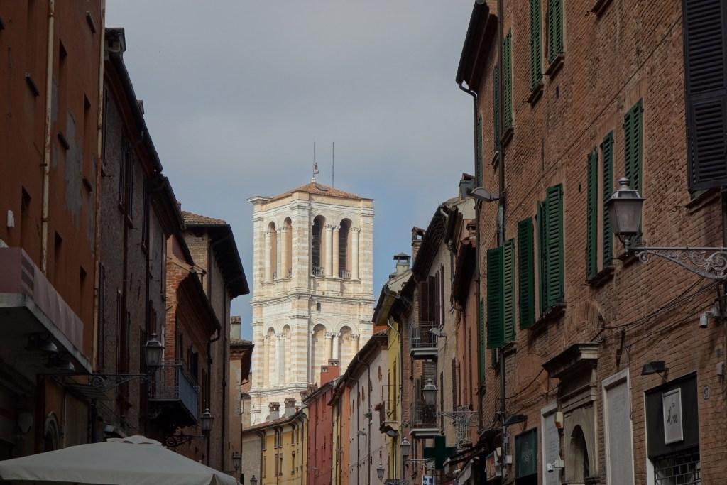 La vue sur la cathédrale commence à se deviner quand on quitte la via delle Volte