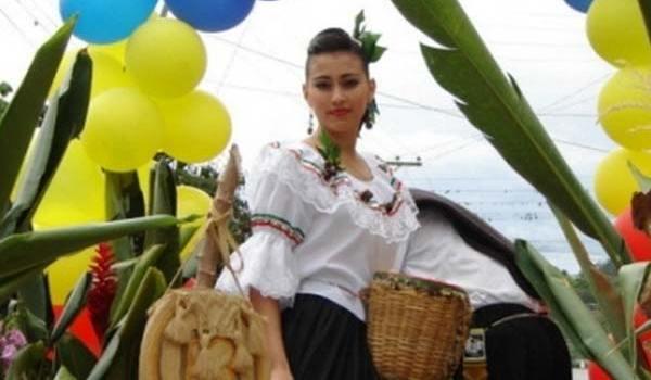 artistica-colombiana-en-desfile-de-feria-de-bugajul18