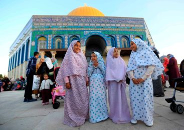 Jerusalem - Citizens perform the Eid prayer on Temple Mount - Oct 15 2013 - Photo by Afif Emira - WAFA