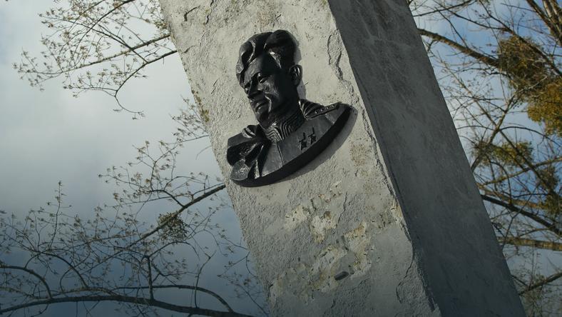 17 września 2015 r. władze Pieniężna, niewielkiego miasta w północnej Polsce, zdemontowały pomnik Iwana Czerniachowskiego