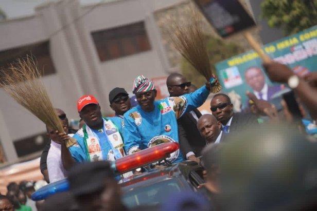 Sanwo-Olu rides with Ambode through the campaign ground in Lagos (Lagos APC)
