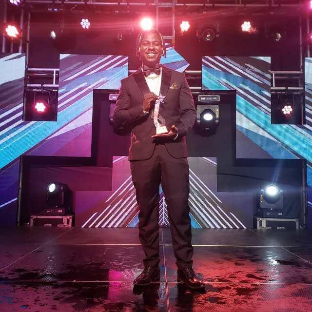 Nviiri with his award at the 2019 Pulse Music Video Awards (PMVA)