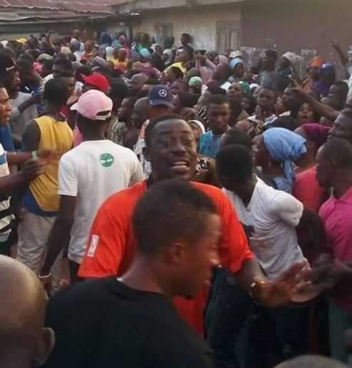 The road leading to the burial site was packed with fans who wanted to catch a glimpse of the veteran actor before being laid to mother earth [Instagram/BestOfNollywood]