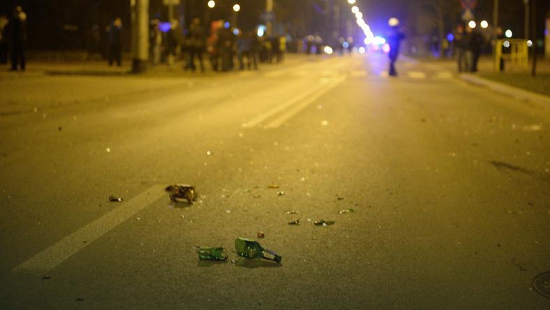 Butelką w twarz został trafiony jeden z policjantów
