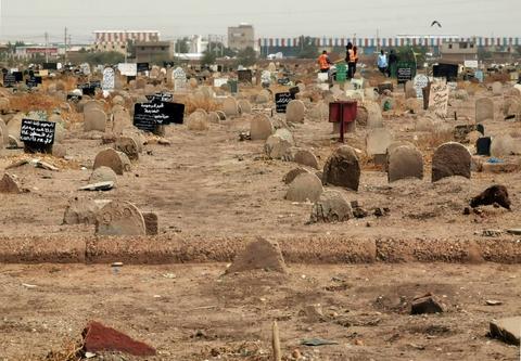 NNN: Tumbas Jartum, 24 de julio de 2020 Los investigadores sudaneses encontraron una fosa común que se cree que contiene 28 cuerpos de soldados ejecutados por oficiales del ex autócrata Omar al-Bashir, dijo el viernes el fiscal general. Los 28 hombres fueron ejecutados por supuestamente planear derrocar a al-Bashir en 1990, un año después de […]