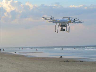 Un drone survole l'océan