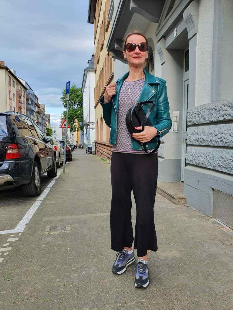 professionell-filmset-verhalten_leder-jacke-damen-culottes_tatort_blog-ue50-oceanblue-style.jpg