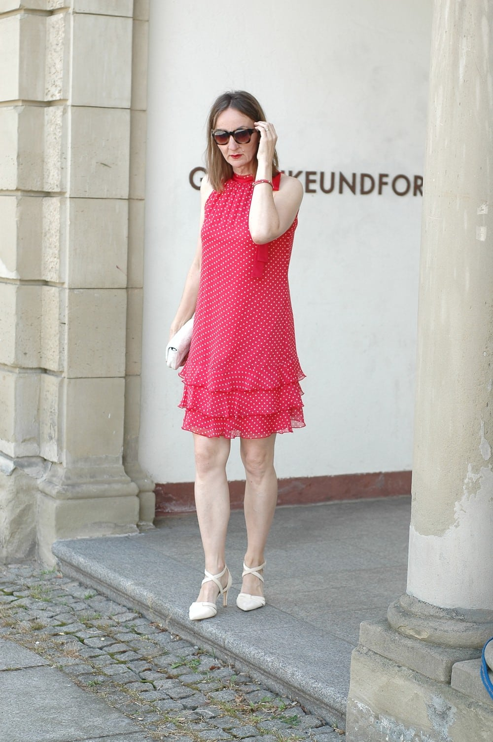 kurzes-Sommerkleid-ue50-tragen_gepunktet-volants_mode-blog_oceanblue-style.jpg