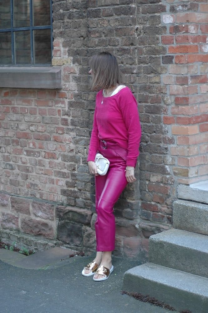 wie-kombiniere-ich-pink_trenchcoat_leder-hose_mode-blog_ü50_oceanblue-style_orange_ugg-gold_sliders.jpg