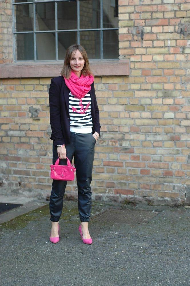 Streifenshirt_leder-hose_jogginghose_pumps-pink-blazer_armani-neon-tasche_mode-blog_ü50_oceanblue-style..jpg