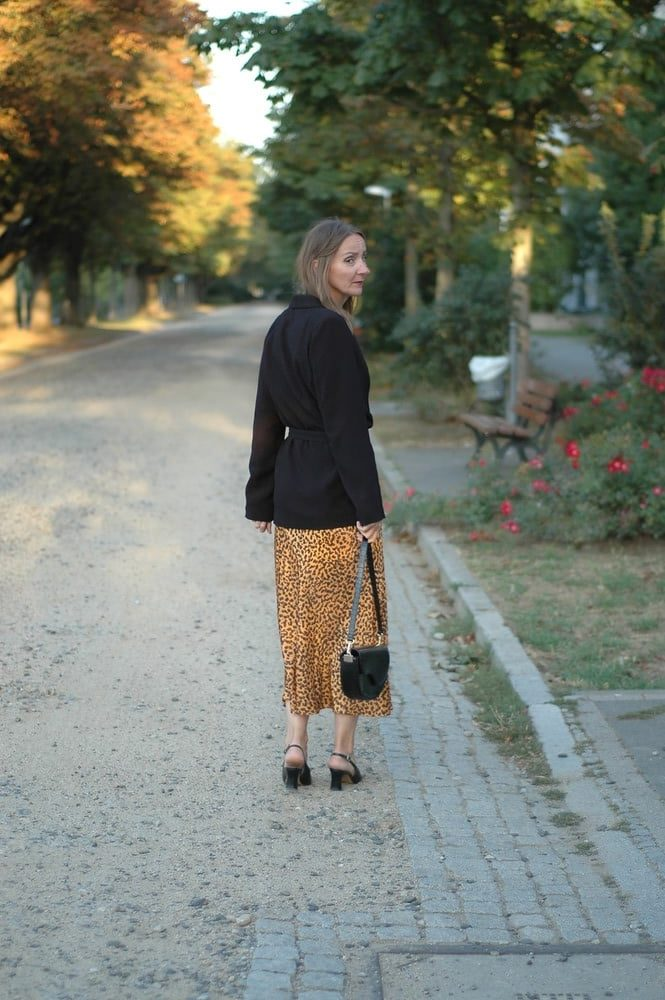 lieblings-blazer-modern-gestylt_easy-chic-ue50_mode-blog_leo-muster-rock_herbst-look_blazer-guertel_Oceanblue-style.jpg