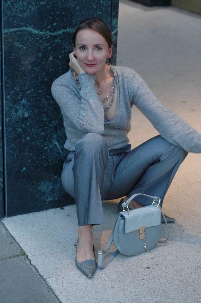 strickpulli-zur-weiten-grauen-stoff-hose-mode-blog_ue50_oceanblue-style.jpg