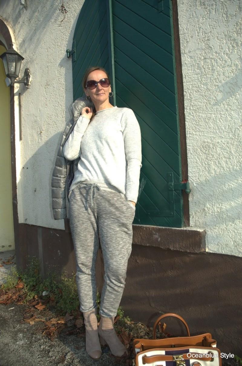 winterlook-beige-grau_winterfarben_herbstmode_jogginghose_daunenjacke.jpg