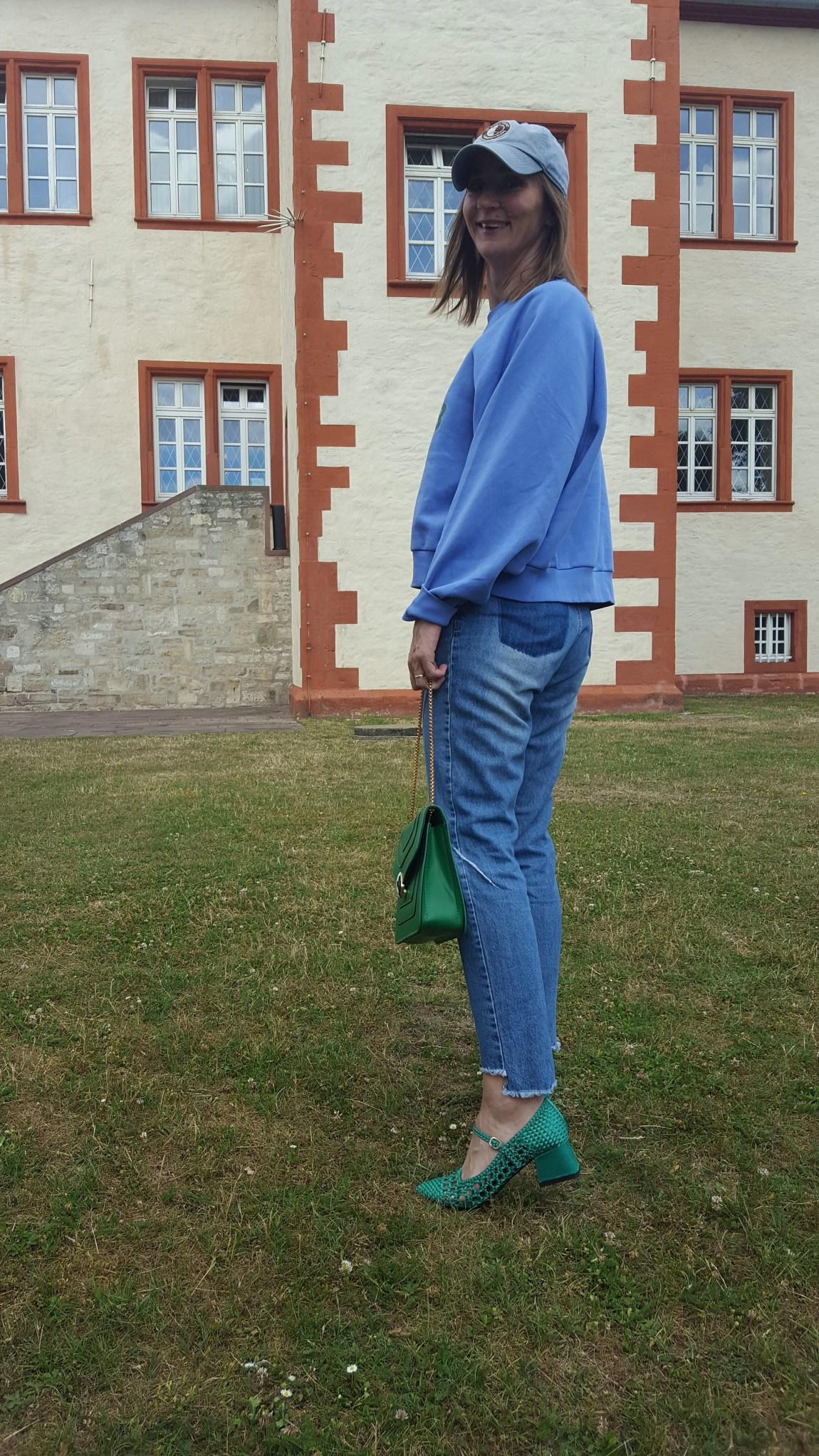 Rattan-Schuhe_jeans-destroyed_weekday_sweatshirt-blau_casual-look_schloss-salder_mode-blog_frau_ü40_oceanblue-style_bulgari_tasche-gruen (12)