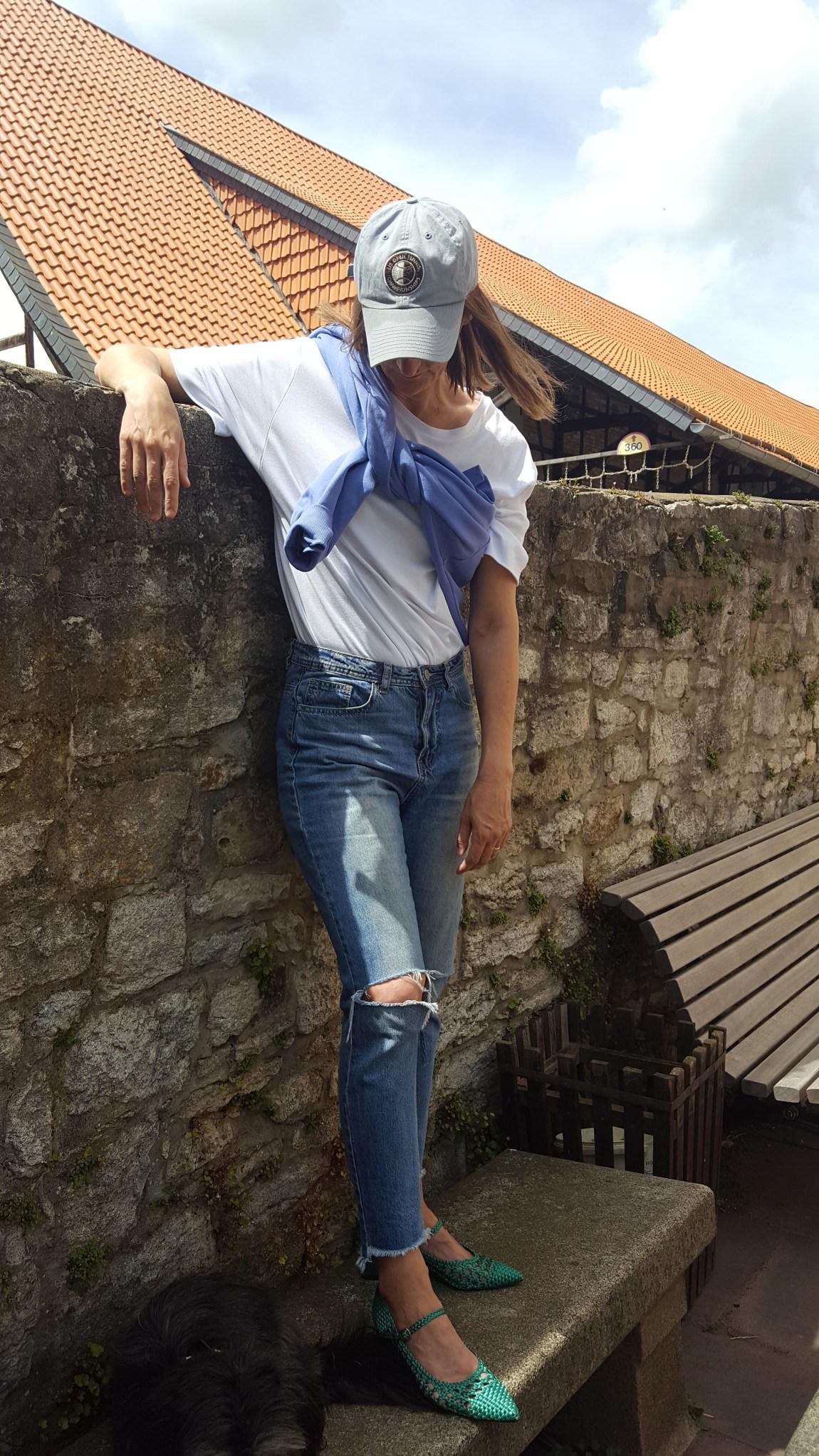 Rattan-Schuhe_jeans-destroyed_weekday_sweatshirt-blau_casual-look_schloss-salder_mode-blog_frau_ü40_oceanblue-style_bulgari_tasche-gruen (17)
