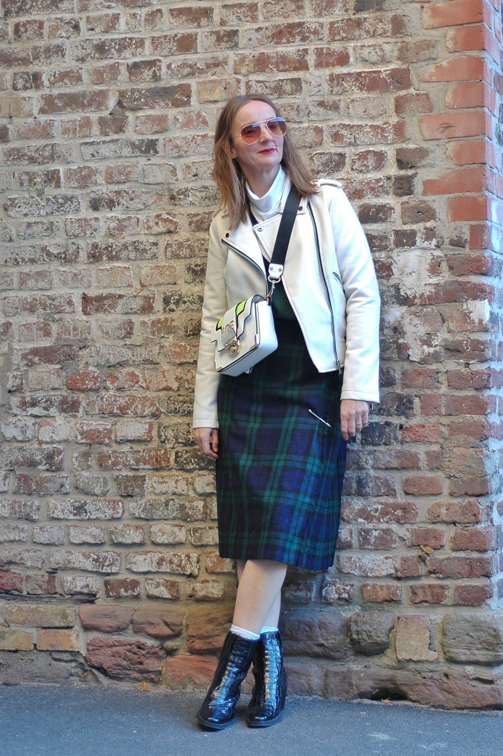 karo-Schottenrock_lederjacke_cowboy-boots_cross-body-bag-weiss_iceberg_oceanblue-style-mode-blog_frau_ü50 (15)-01