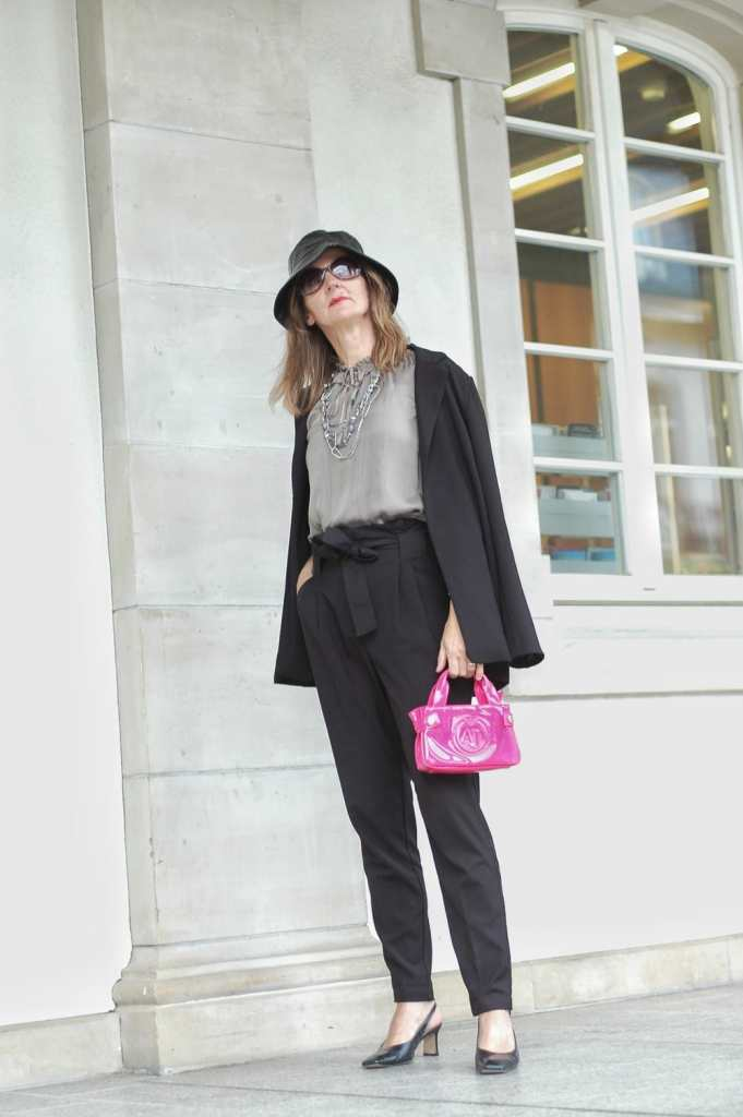 huete-tragen_paperbag-hose_slingback-pumps_armani-tasche_spitzen-bluse_oceanblue-style.-02.jpeg