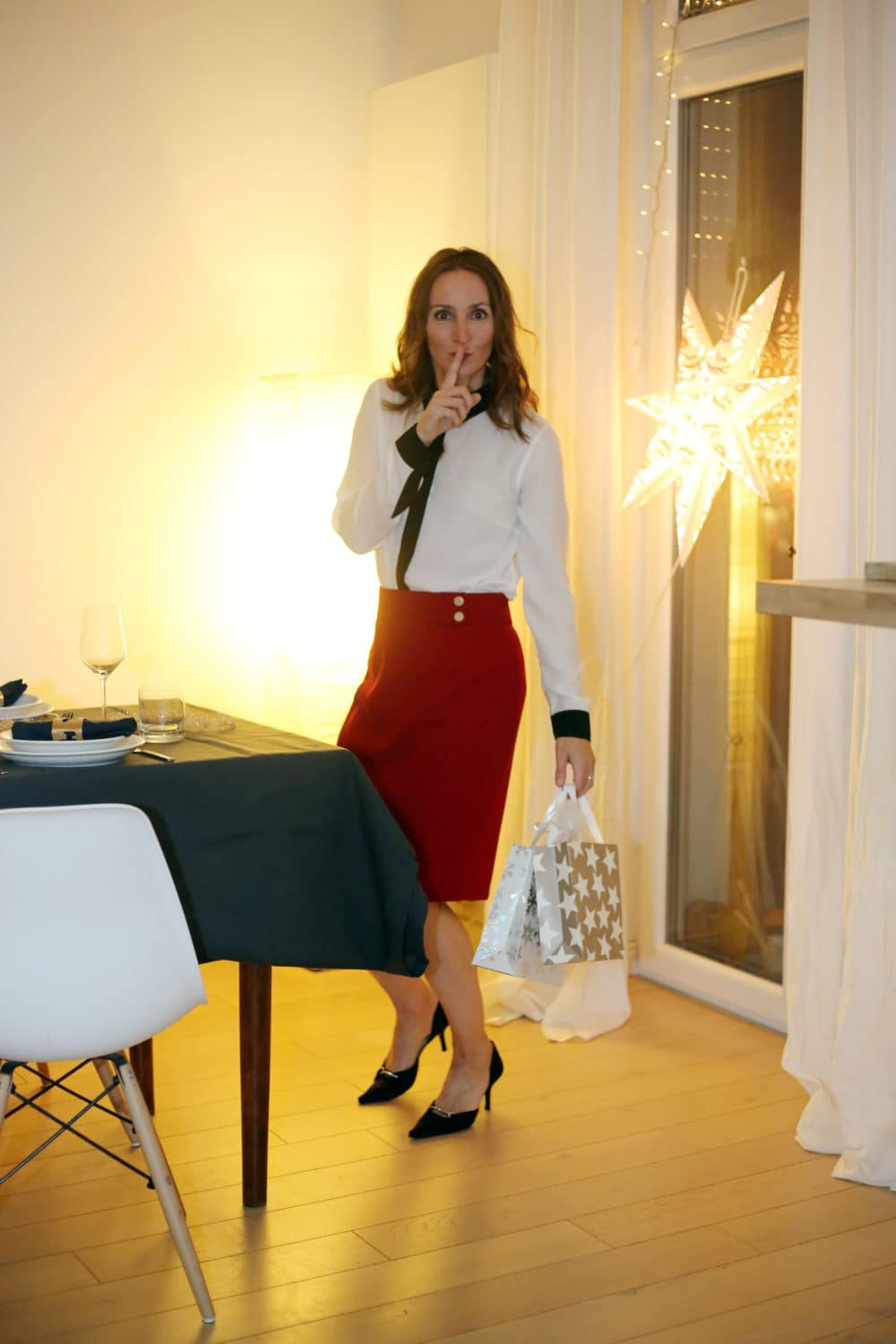 Kleinigkeiten Weihnachten-weihnachtsoutfit_damen_hugo-boss_bleistift-rock-rot_bluse_weiss_satin-pumps_mode-blog_ü50_oceanblue-style-_frankfurt (2)
