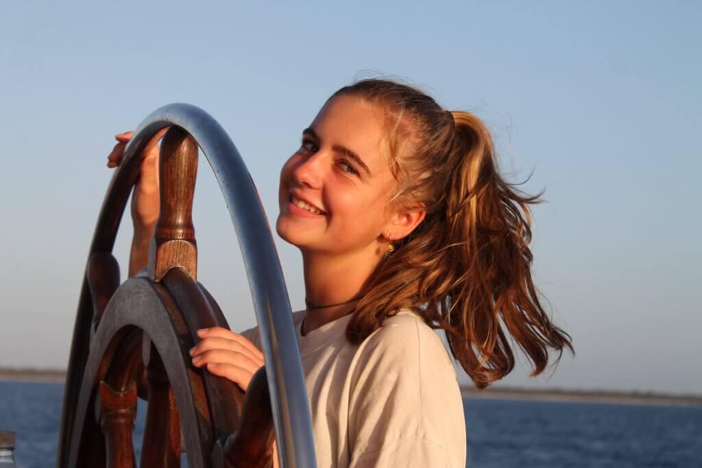 Schülerin lenkt das Schiff