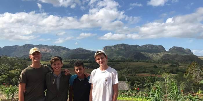 vier Schüler in einer Gruppe in Kuba