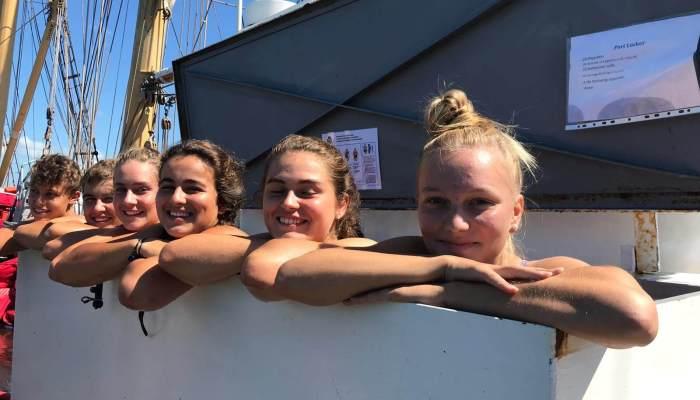Schülerinnen in der Luke des Schiffs