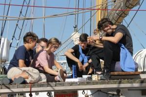 Schüler spielen vier Gewinnt an Deck