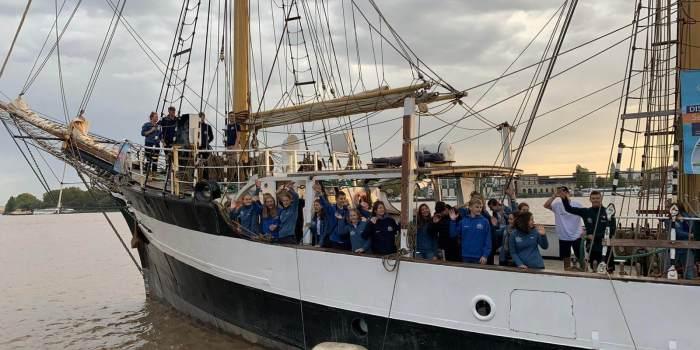 Gruppe winkt vom Schiff
