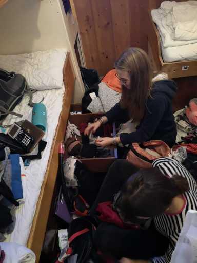 zwei Teilnehmerinnen sortieren ihre Sachen