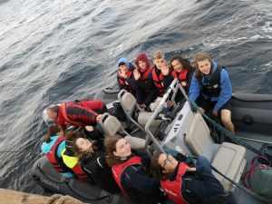 Gruppe Teilnehmer im Beiboot