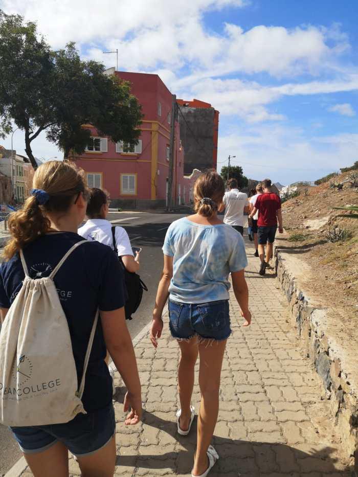Schülerinnen laufen durch die Straßen von Santa Antao