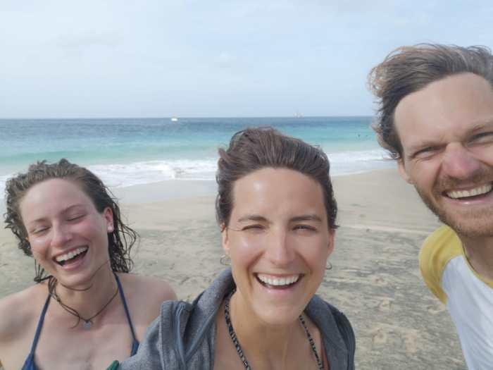 Lehrer lachen am Strand
