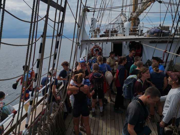 Kinder steigen von einem Boot auf die Pelican of London