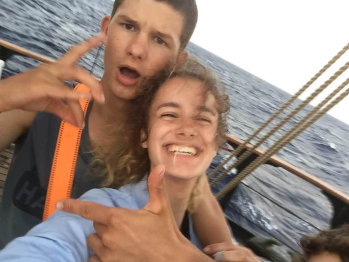 Jonas und Emily auf dem Segelschiff Pelican of London