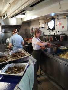 Küchendienst gehört zu den Aufgaben auf dem segelnden Klassenzimmer