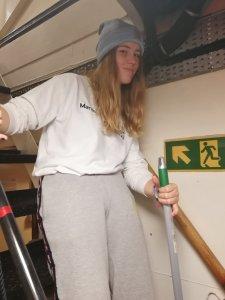 Mädchen putzt Schiff