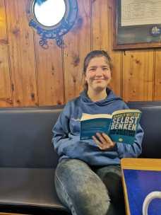"""Schülerin liest das Buch: """"Selbst denken"""" von Harald Welzer"""