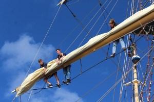 junge leute lernen segeln