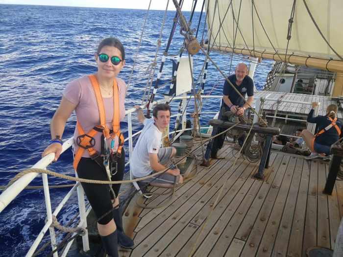 Aurore und Fabian beim Einholen des Outer Jib Sail