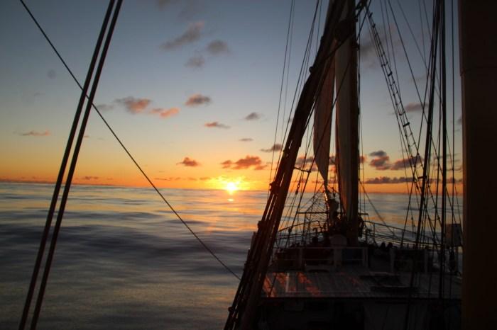 Sonnenuntergang auf dem Segelschiff