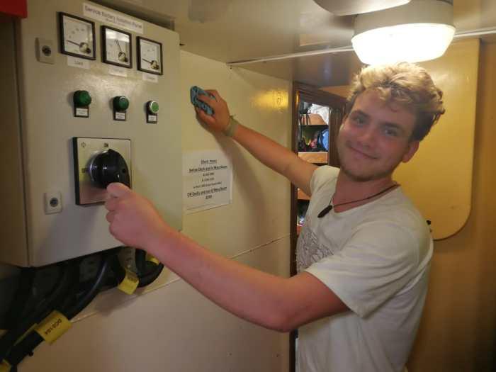 Caspar beim Putzen