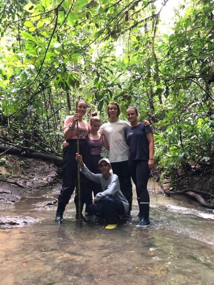 Schülergruppe im Urwald