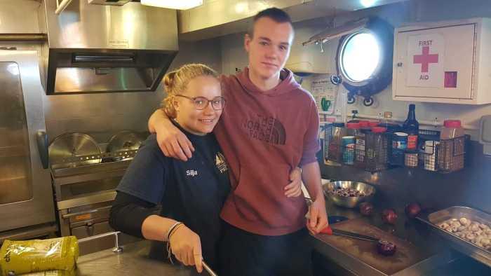 Lorn und Silja in der Küche