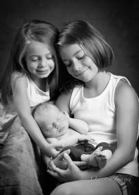 Bébé et soeursphotographe La Rochelle Chatelaillon naissance bébé noir et blanc