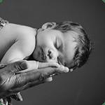 photo portrait de bébé en noir et blanc