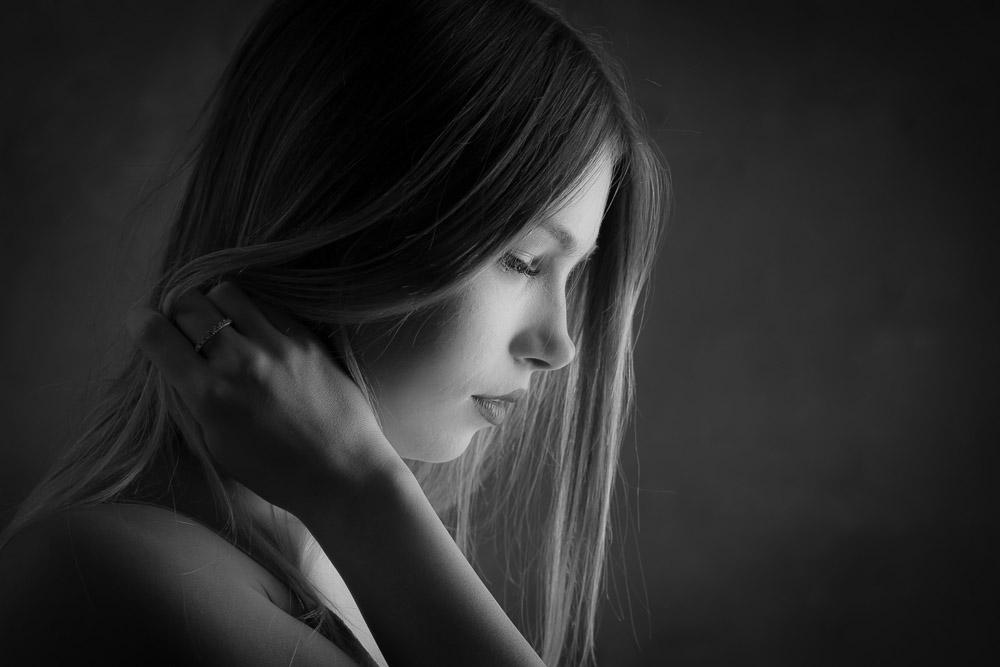 Portrait profil noir et blanc d'une femme photographe La Rochelle