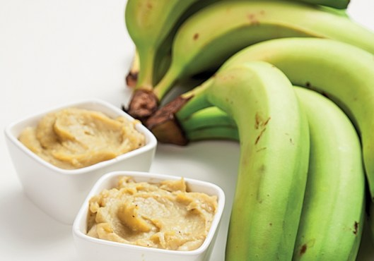 O purê preparado com a banana verde enriquece receitas sem alterar o sabor, regula o colesterol e emagrece. Dá para preparar em casa ou comprar pronto e usar em feijão, molhos, tortas doces ou salgadas.