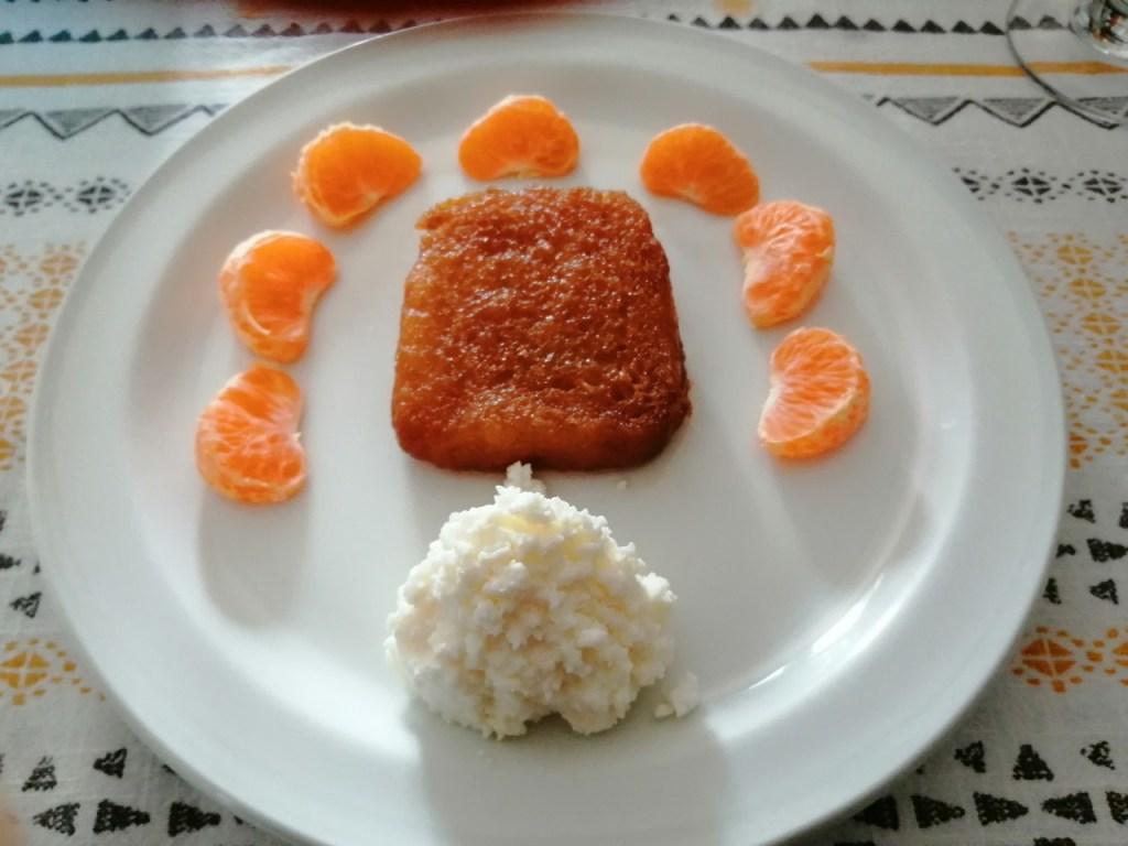 Torrija acompañada de mandarinas y requesón
